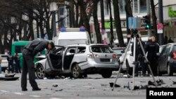 La policía berlinesa inspecciona la escena de la explosión de un auto en Berlín, Alemania.