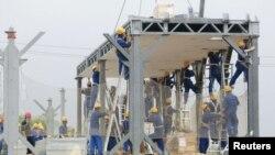 """Para pekerja memasang baja untuk konstruksi sebuah bangunan di Yueyang, propinsi Hunan, Tiongkok (Foto: dok). Perusahaan konstruksi Tiongkok, Broad Sustainable Building (BSB) menyatakan keyakinannya untuk dapat membangun sebuah """"Sky CIty"""", gedung pencakar langit bertingkat 220 dalam waktu hanya 90 hari."""