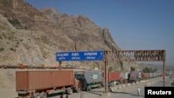 在阿富汗通往巴基斯坦的一个过境处的运货卡车(资料图)