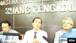 Nur Kholis (tengah), ketua tim investigasi Komnas HAM, menunjukkan bukti keterlibatan militer pada pembunuhan ratusan ribu orang. (Foto: VOA)