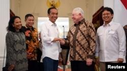 Presiden Joko Widodo berjabat tangan dengan CEO Freeport-McMoRan Richard Adkerson setelah konferensi pers di Istana Negara di Jakarta, 21 Desember 2018 (Foto: Antara/Reuters).