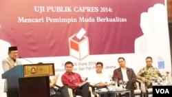 """BJ Habibie saat memaparkan dukungannya terhadap kalangan muda untuk memimpin negara, dalam acara diskusi """"Mencari pemimpin muda berkualitas"""" di Habibie Center, Jakarta, Rabu, 26 Maret 2014 (VOA/Iris Gera)"""
