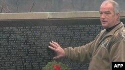 Majk Farare pored spomenika žrtvama sukoba na Bliskom istoku