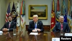 美国总统川普在白宫会见众议院议长瑞安和参议院多数党领袖麦康奈尔(2017年9月5日)
