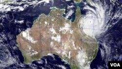 Gambar yang diambil oleh NASA ini menunjukkan topan Yasi mendekati Queensland, Australia, Selasa (2/2).