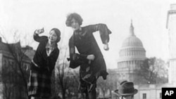 来自南卡罗来纳州的国会议员麦克米兰与两位妇女在国会附近跳家乡的舞蹈
