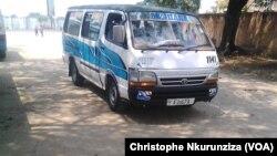 Un mini-bus assurant le transport public à Rohero au Burundi, 10 janvier 2018. (VOA/Christophe Nkurunziza)