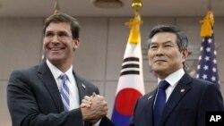 마크 에스퍼 미국 신임 국방부 장관과 정경두 한국 국방부 장관이 9일 서울 용산구 국방부에서 국방부 장관 회담에 앞서 기념촬영을 하고 있다.