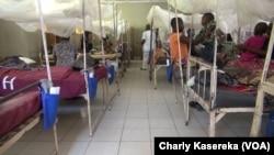 Des patients sur leur lit à l'hôpital de référence de Minova, Nord-Kivu, RDC, le 13 février 2018. (VOA/Charly Kasereka)