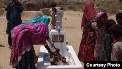 صحرائے تھر کی خواتین سولر واٹر پمپ سے پانی بھر رہی ہیں۔