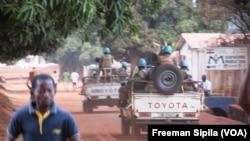 Une patrouille de la Minusca dans une rue à Bria, en Centrafrique, le 21 février 2017. (VOA/Freeman Sipila)