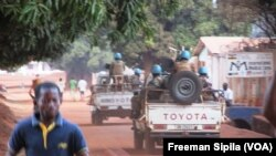 Abasirikare ba ONU bo mu nteko za Minusca mw'ibarabara ry'i Bria, muri centrafrika, itariki 21/02/2017.