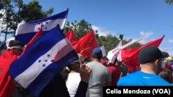 Manifestantes en las calles de Honduras contra resultados presidenciales que ubican al presidente Hernández como líder en resultados electorales.