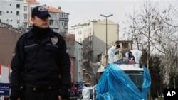 Uzmanlar bombalı saldırıda hedef alınan polis otobüsünde inceleme yapıyor
