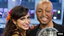 """Karina Smirnoff y J.R. Martinez son los ganadores de la edición 2011 de """"Dancing with the Stars""""."""