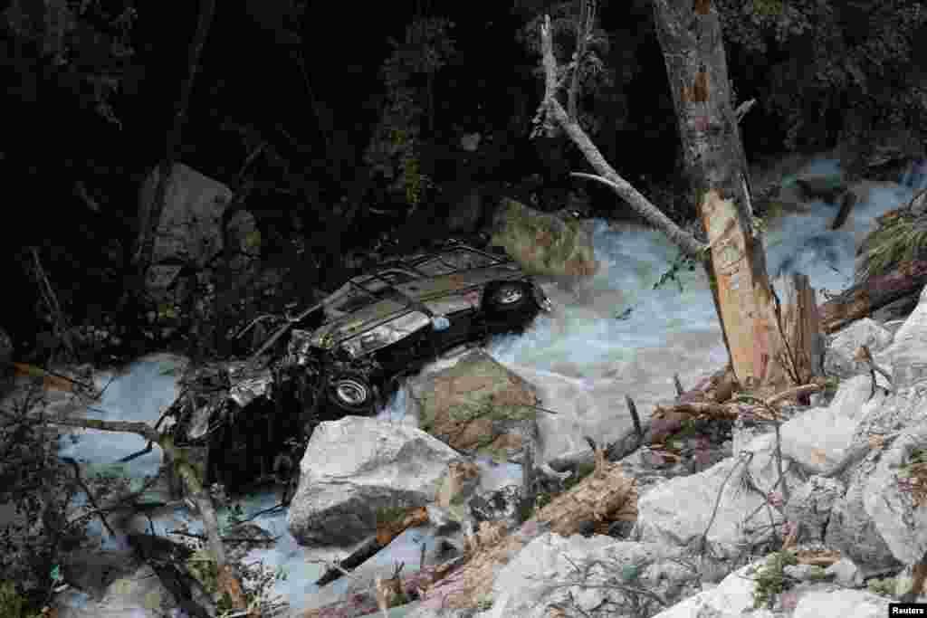 중국 쓰촨성 주자이거우현 일대 강진으로 발생한 산사태 현장. 바위에 떠밀린 자동차가 계곡으로 떨어졌다.