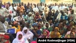 Les travailleurs du secteur public en assemblée générale à N'Djamena, le 27 octobre 2018. (VOA/ André Kodmadjingar)