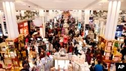 """Les consommateurs se ruent sur les offres du """"Black Friday"""" à Macy's Herald Square, le 24 novembre 2016, à New York."""