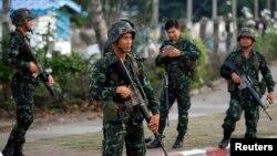 Binh sĩ tại một chốt kiểm soát trên một con đường chính gần nơi cắm trại của những người 'áo đỏ' ủng hộ chính phủ ở tỉnh Nakhon Pathom, ngoại ô Bangkok, ngày 22/5/2014.