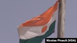 Le drapeau nigérien flotte au-dessus de Bosso dans la région de Diffa, Niger, le 19 avril 2017 (VOA/Nicolas Pinault)