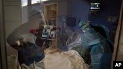 На фото: медпрацівники у США із хворим на COVID-19