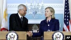 미국 워싱턴 국무부에서 알베르트 델 로사리오 필리핀 외무장관과 만나 악수를 나누고 있는 힐러리 클린턴 미 국무장관