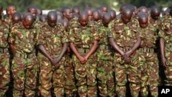 Wanajeshi wa Kenya wakitoa heshima za mwisho kwa wenzao waliouwawa Somalia.