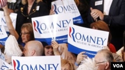 Para pendukung bakal calon presiden dari Partai Republik, Mitt Romney, yang bersaing ketat dengan rekan separtainya, Rick Santorum (28/2).