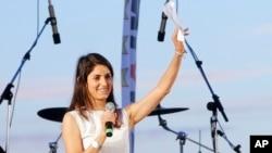 Calon walikota Roma, Virginia Raggi, yang mewakili Gerakan Bintang Lima, melambai kepada para pendukungnya saat kampanye terakhir di Ostia, di pinggiran kota Roma, Italia, 17 Juni 2016.