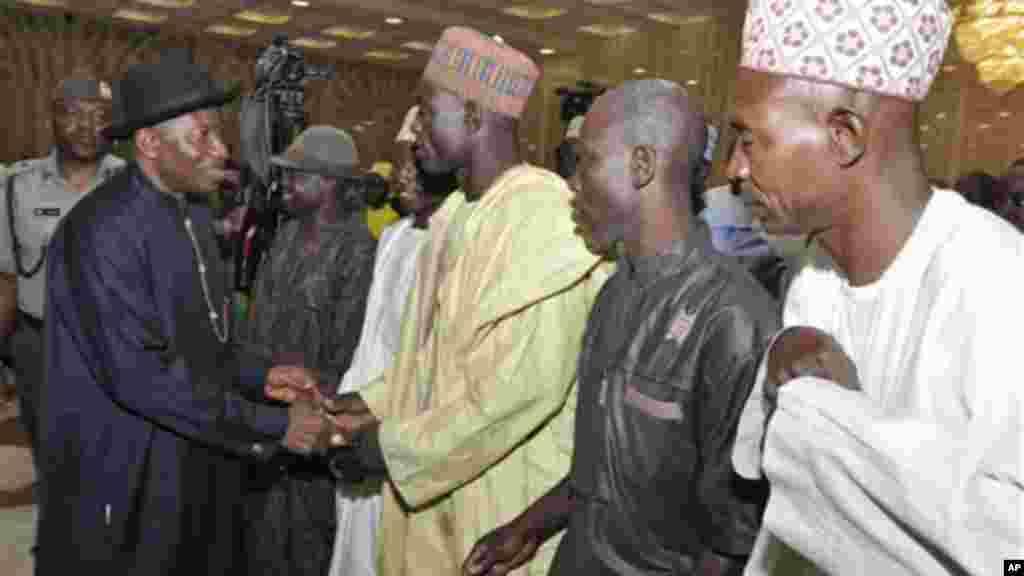 Shugaban Najeriya Jonathan yana gaisawa da wasu iyayen yaran da aka sace daga Chibok, 22 ga Yuli 2014.