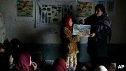 اوس په افغانستان کې د ښوونکو ۳۳ فیصده یې ښځینه ښوونکې دي.