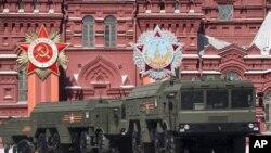 Foto archivo - sábado 9 de mayo de 2015, los lanzadores de misiles Iskander son conducidos durante el desfile de la Victoria que conmemora el 70 aniversario de la derrota de los nazis en la Segunda Guerra Mundial, en la Plaza Roja de Moscú.