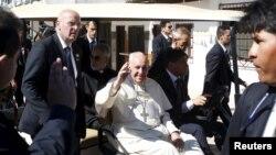 Paus Fransiskus melambaikan tangan saat meninggalkan penjara Palmasola di Santa Cruz, Bolivia (10/7).