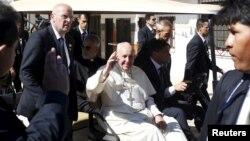 볼리비아를 방문한 프란치스코 로마 가톨릭 교황이 10일 팔마솔라 교도소를 방문 후 떠나면서 손을 흔들고 있다.