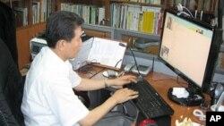Mục sư Chun Ki-won của Nhà thờ Durihana tại Seoul lên mạng để giúp đỡ các phụ nữ Bắc Triều Tiên là nạn nhân của những kẻ buôn người ở Trung Quốc.