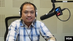 FILE - Kim Sok participates in a Voice of America call-in radio show, February 13, 2017. (Lim Sothy/VOA Khmer)