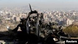 Rongsokan sebuah kendaraan di lokasi serangan udara di Sanaa, Yaman, 26 Desember 2017.
