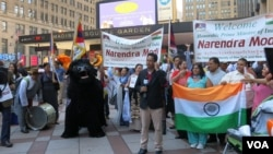 Warga AS keturunan India menyambut PM Narendra Modi di Madison Square Garden, New York (28/9).