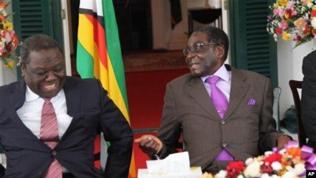 Presiden Zimbabwe Robert Mugabe (kanan) dan Perdana Menteri Morgan Tsvangirai (Foto: dok). Menurut AS, Zimbabwe telah memperbaiki nasib warganya dalam empat tahun terakhir. AS memperkirakan akan dapat mencabut sanksi ekonomi terhadap pemimpin-pemimpin negara itu apabila kemajuan itu terus dijalankan. (Foto: dok).
