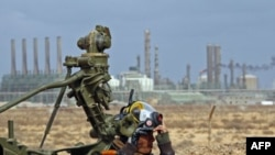 Pobunjenici kraj jednog od protivavionskih oruđa, u blizini rafinerije Ras Lanuf