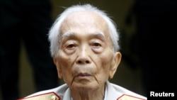 Dalam foto tertanggal 4/8/2008 ini Vo Nguyen Giap terlihat di kediamannya di Hanoi. Tokoh yang merupakan orang kedua yang paling dihormati di Vietnam sesudah Ho Chi Minh ini meninggal 4/10/2013.
