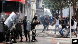 Los manifestantes hacen frente a la policía antimotines en Bogotá