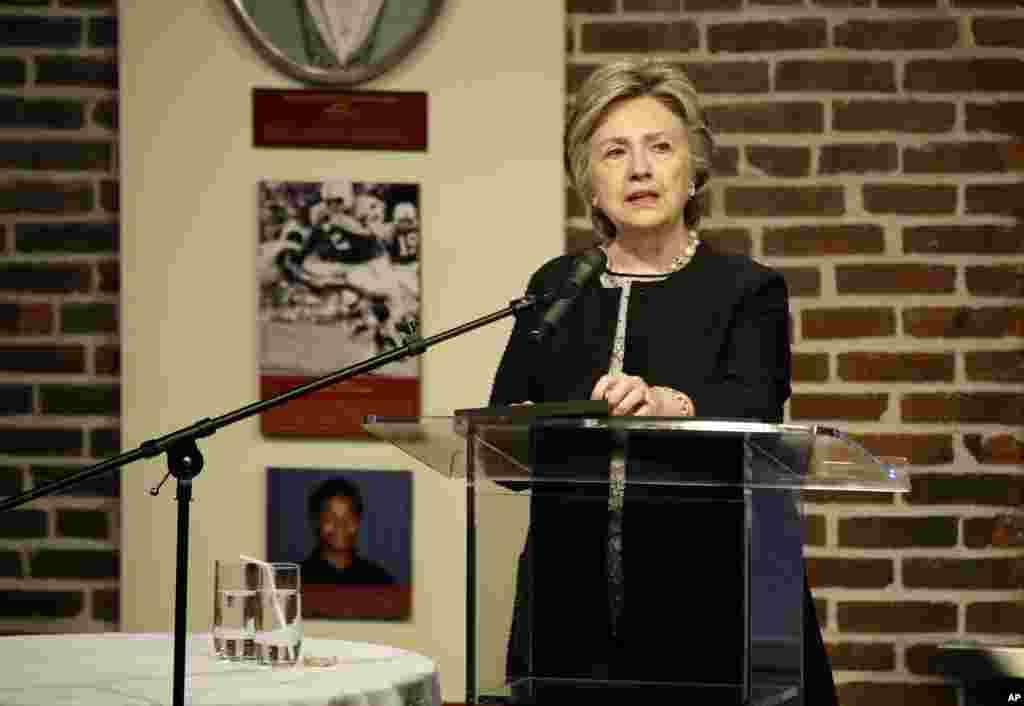 L'ancienne secrétaire d'État Hillary Clinton prend la parole lors d'une collecte de fonds pour le programme Jeunesse Elijah Cummings en Israël, Baltimore, 5 juin 2017