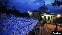 Warga shalat bersamadi luar sebuah masjid di Banda Aceh. (Foto: Dok)