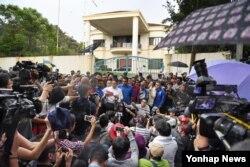 말레이시아 여당 관계자가 23일 쿠알라룸푸르 북한대사관 입구에서 김정남 피살 사건 관련 항의성명을 발표하고 있다.