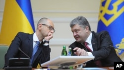 Presiden Ukraina Petro Poroshenko (kanan) berbincang dengan PM Arseniy Yatsenyuk di Kyiv, Ukraina (10/9).