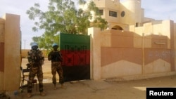 Các binh sĩ MINUSMA canh giữ trước văn phòng thống đốc ở Kidal, Mali, ngày 15/11/2013.