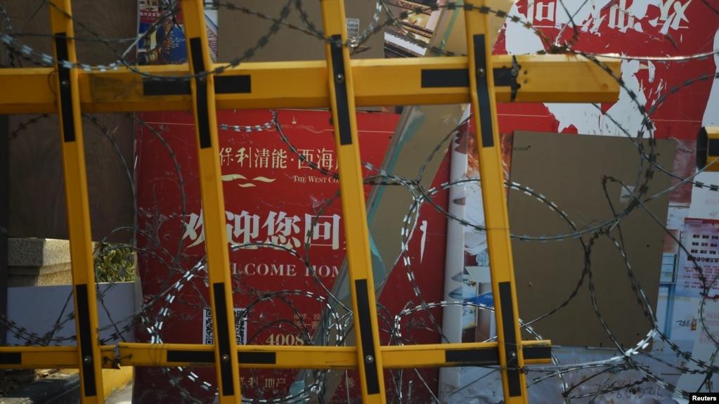 武汉一个居民区的入口被铁丝网拦住。(2020年2月22日资料照)