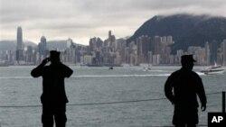 美国核动力航母乔治·华盛顿号抵达香港后美国水兵在拍照 (资料照片)