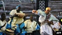 """Un groupe burkinabé se produit à l'occasion de l'ouverture de la 10ème édition du Festival de Musique du Monde Gnaoua d'Essaouira (""""Gnaoua et Musiques du Monde""""), fin 20 juin 2007."""